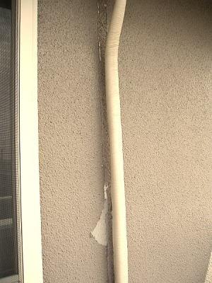 エアコンの外のホース部分がそのまま上塗りしたため外した時にはがれた外装