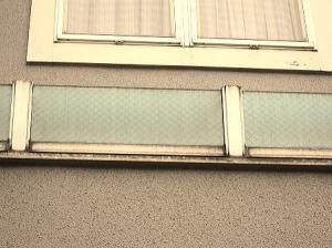 天窓の周りの縁が汚れ真黒~