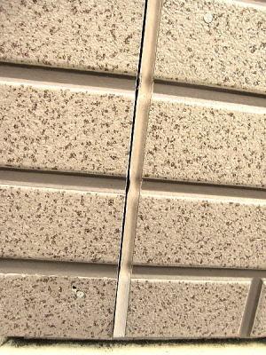 シーリング工事前で、シーリング材が全くメンテナンスしてないので隙間固くなっている状態