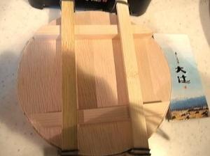 見た目も良いし、青竹をはずして、すし樽から蓋の上へ笹を付けたままにしてからカット