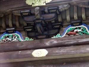 拝殿周辺の上部に馬の彫刻があります
