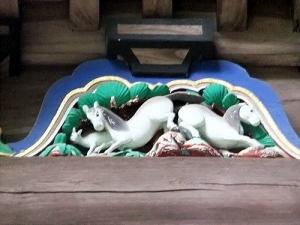 白馬2匹と赤ちゃんの白馬ちゃんかな?