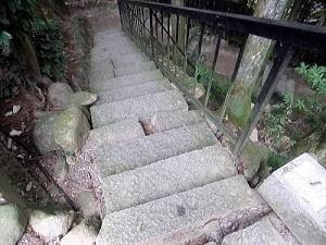 小さな石の階段も少しずれているような