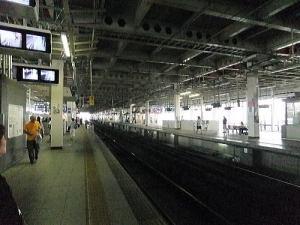 節電のためか暗い新幹線ホーム仙台駅