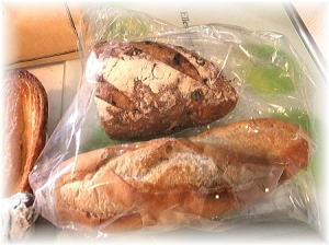 ちょっと日持ちするパンも入っていました