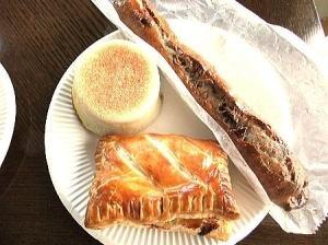 クロックムッシュ 620円・レバーソーセージのパイ 270円・カレーパン 230円・蜜しょうがのクルミパン 200円