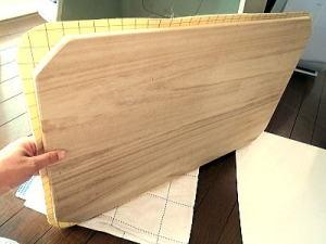 桐の集積材の板の上に汚れてもすぐ拭き取れるペット専用マットを張り付けました