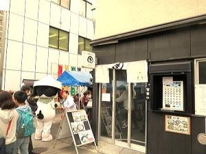 小さな店舗のすぐ横で小さな『人形町 大観音寺 花まつり』開催でワイワイ