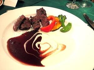 メインディッシュ; ダチョウフィレ肉のグリエ ポルトソースとヨーグルトソース 2色のソースで